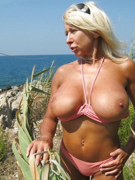 30-летние шалавы палят свои голые дойки перед камерами 26 фото