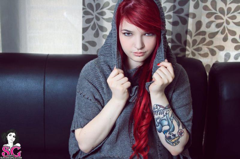 Огненная татуированная неформалка с пленящим взглядом 5 фото