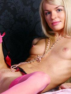 Худая блондинка разместила интимные снимки в сети