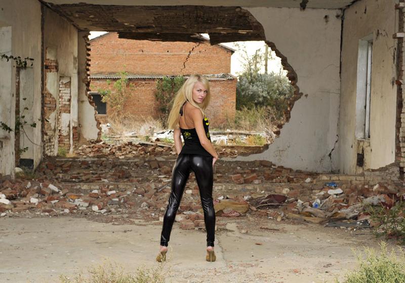Худая блондинка разместила интимные снимки в сети 10 фото