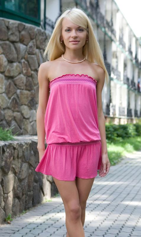 Худая блондинка разместила интимные снимки в сети 7 фото