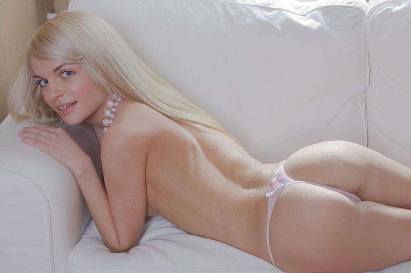 Худая блондинка разместила интимные снимки в сети 19 фото