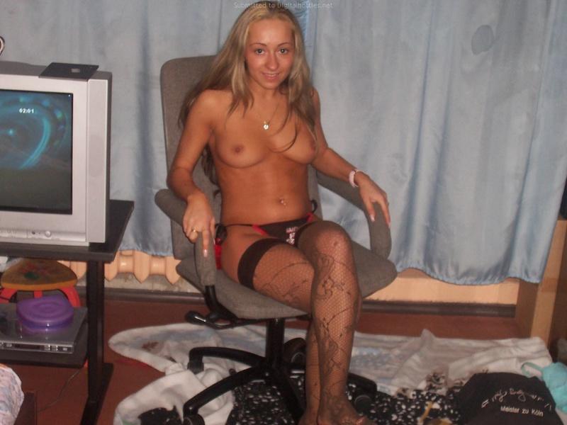 Молодая бестия сняла трусики и голышом извивается на кровати 7 фото