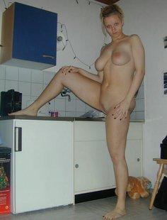 Домашняя эротика в исполнении блондинки