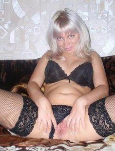 Зрелая блондинка дрочит киску и позирует для нас