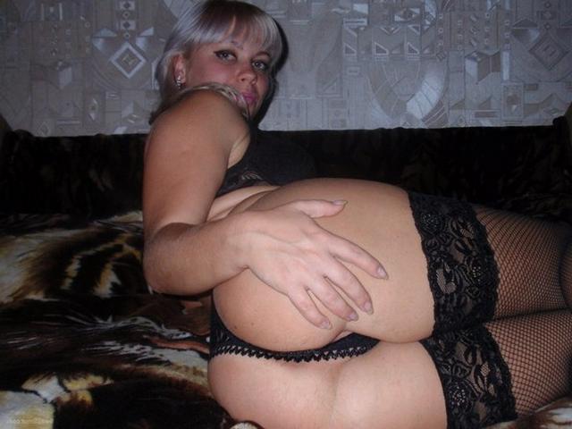 Зрелая блондинка дрочит киску и позирует для нас 11 фото