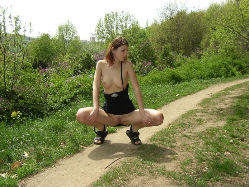 Молодая жена светит голой киской на улице 7 фото