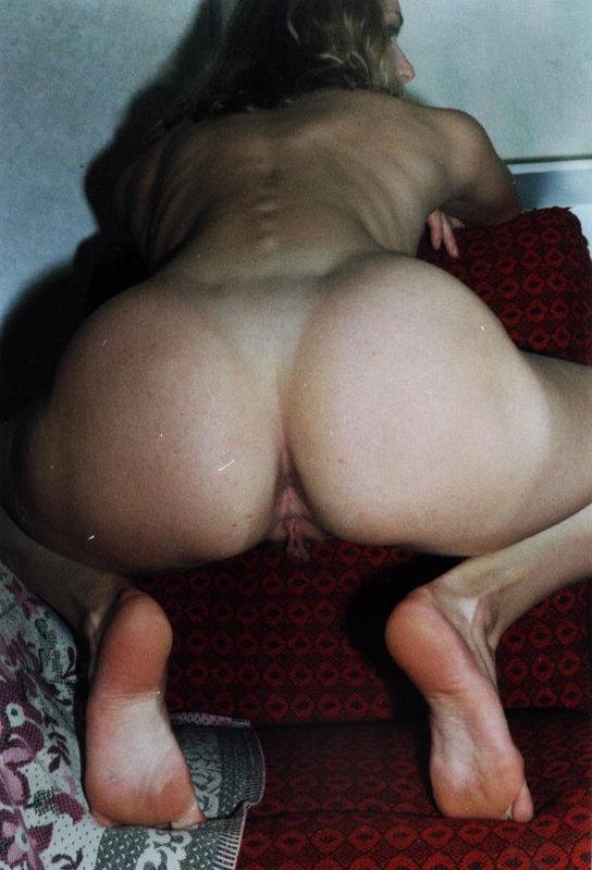 Брюнетка с мохнатой писей мастурбирует самотыком 9 фото