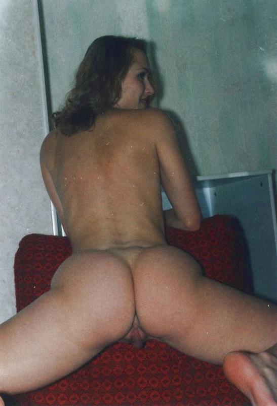Брюнетка с мохнатой писей мастурбирует самотыком 8 фото