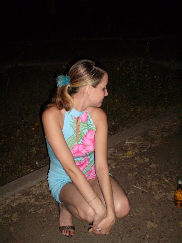 Молодая жена на вечерней прогулке решила ублажить мужа 6 фото