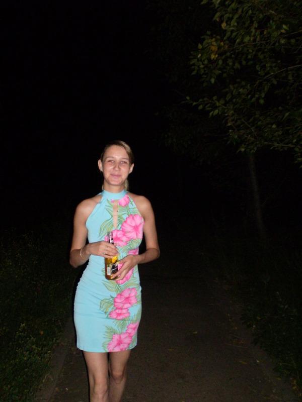 Молодая жена на вечерней прогулке решила ублажить мужа 1 фото