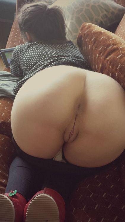 Голые сучки показывают щелочки и дрочат их 21 фото
