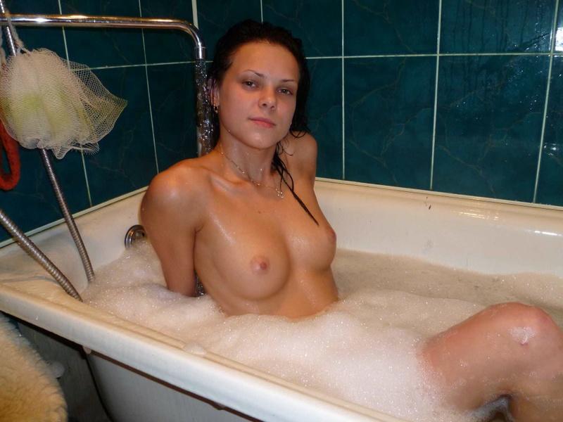 Парень снимает голую подружку в ванне 6 фото