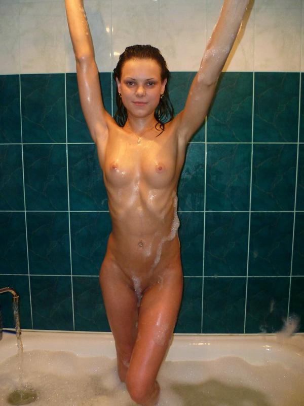 Парень снимает голую подружку в ванне 14 фото