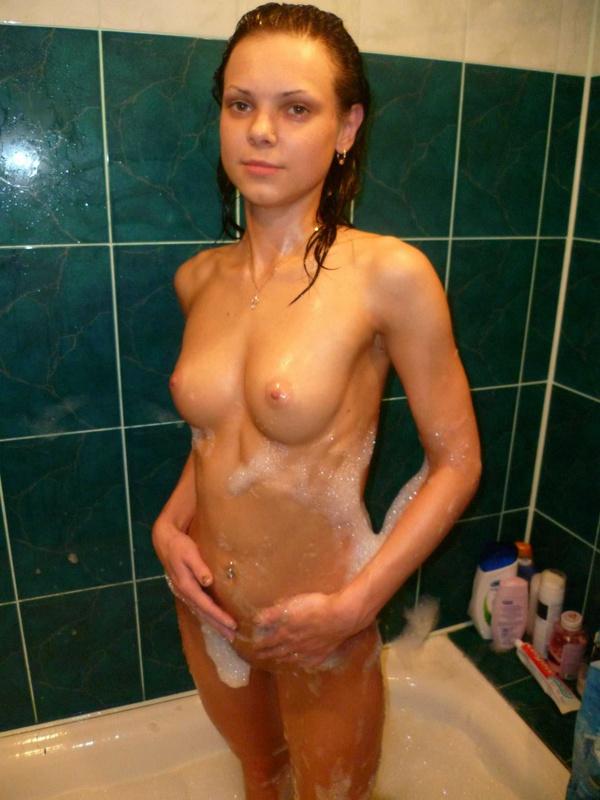 Парень снимает голую подружку в ванне 12 фото