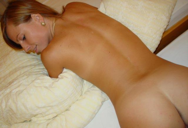 Улыбчивая красотка без стеснения встала раком на заправленной кровати 15 фото