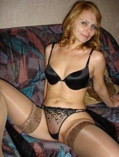 Дама шлет свои интимные снимки собеседнику в чате