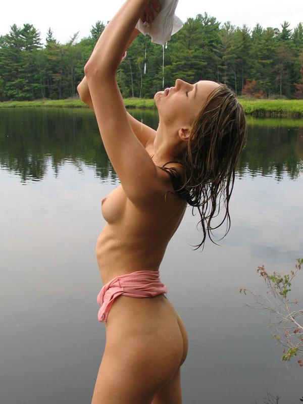 Деревенская красавица отжимает одежду после купания в речке 6 фото