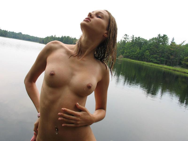 Деревенская красавица отжимает одежду после купания в речке 7 фото