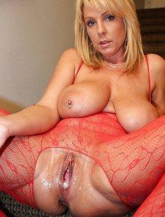 Зрелые дамы с огромной грудью позируют в домашней обстановке