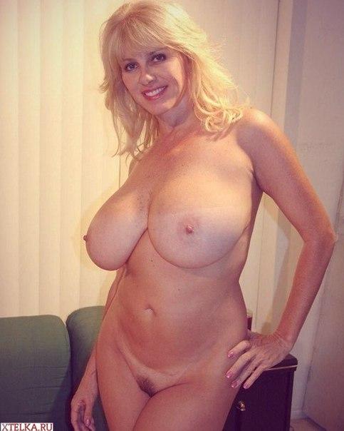 Зрелые дамы с огромной грудью позируют в домашней обстановке 23 фото