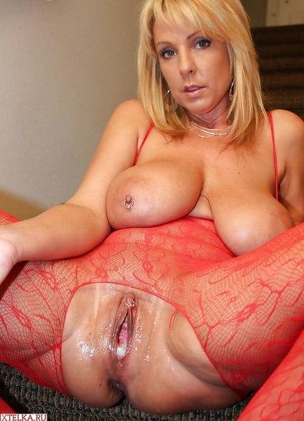Зрелые дамы с огромной грудью позируют в домашней обстановке 15 фото