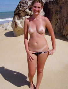 Зрелая баба сняла бикини на пляже