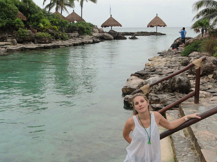 Зрелая баба сняла бикини на пляже 4 фото