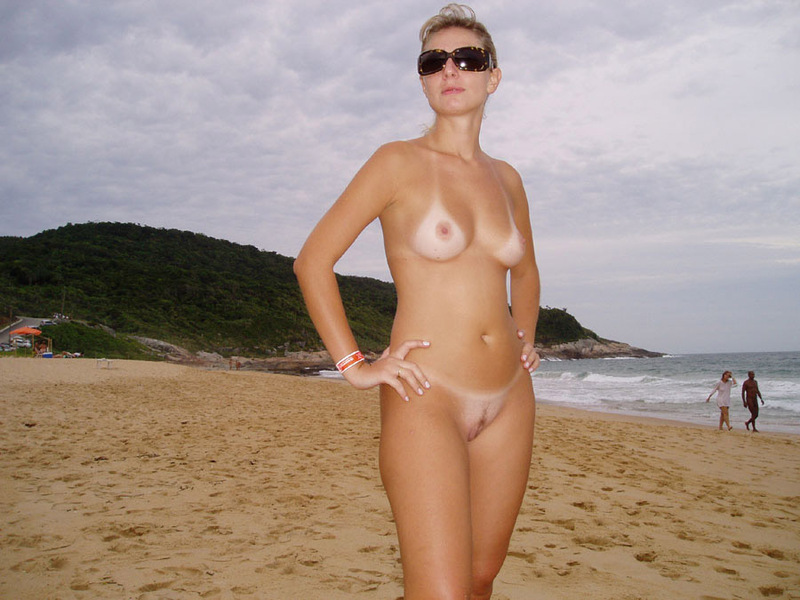 Зрелая баба сняла бикини на пляже 7 фото