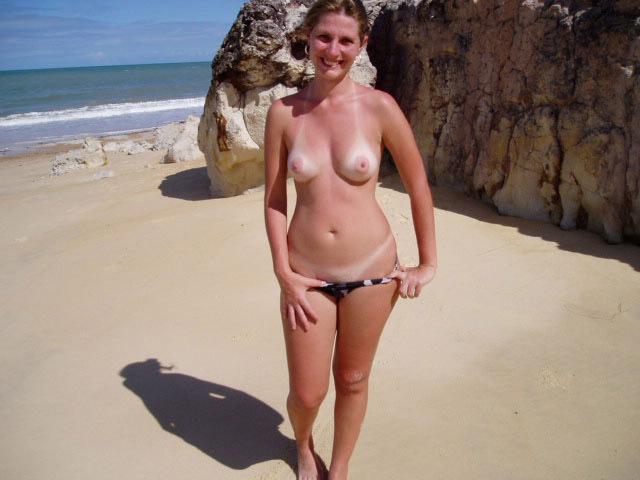 Зрелая баба сняла бикини на пляже 6 фото