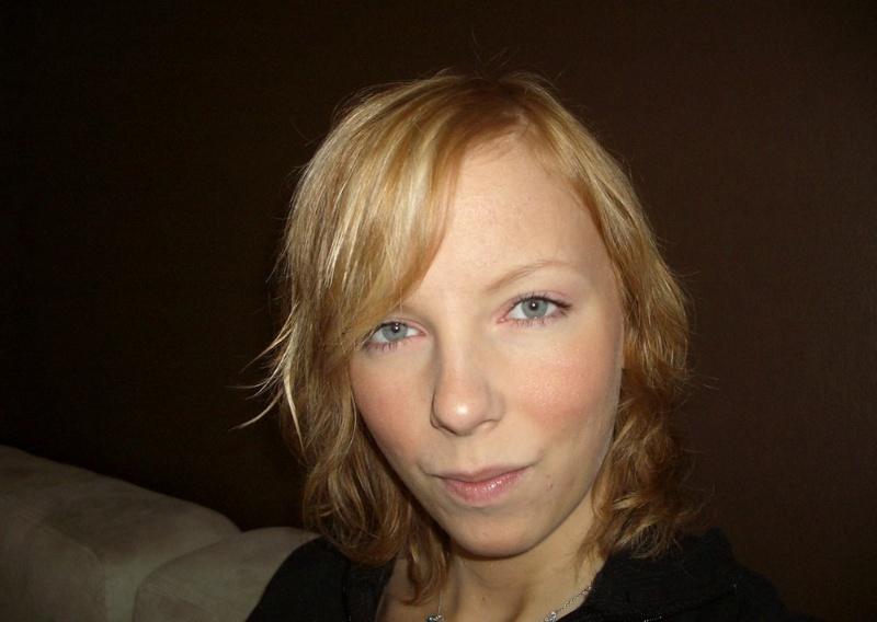 Блондинка намокла от мастурбации и взяла в рот у сожителя 1 фото