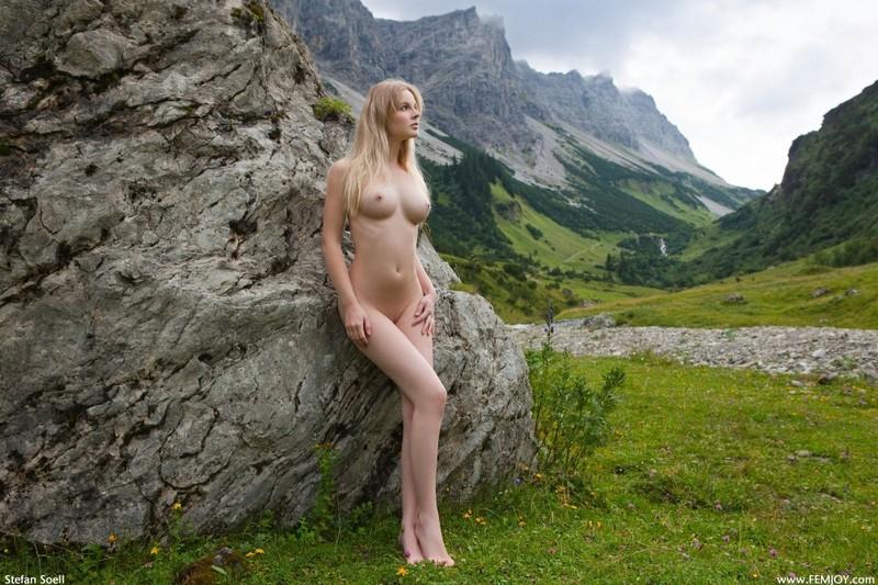Эротика от красивой блондинки в горах Швейцарии 3 фото