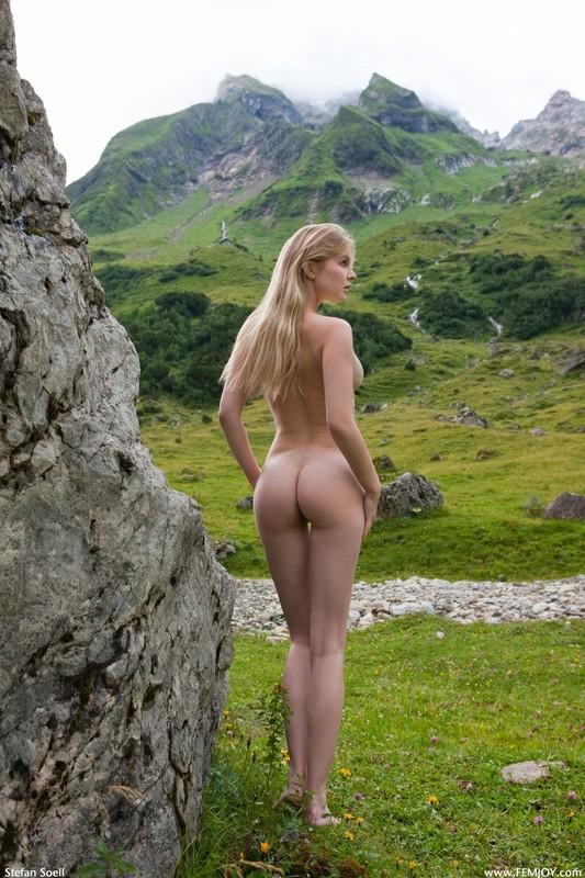 Эротика от красивой блондинки в горах Швейцарии 13 фото