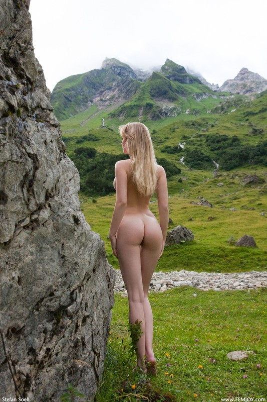 Эротика от красивой блондинки в горах Швейцарии 12 фото