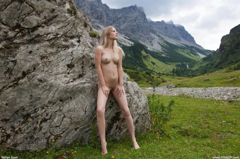 Эротика от красивой блондинки в горах Швейцарии 1 фото