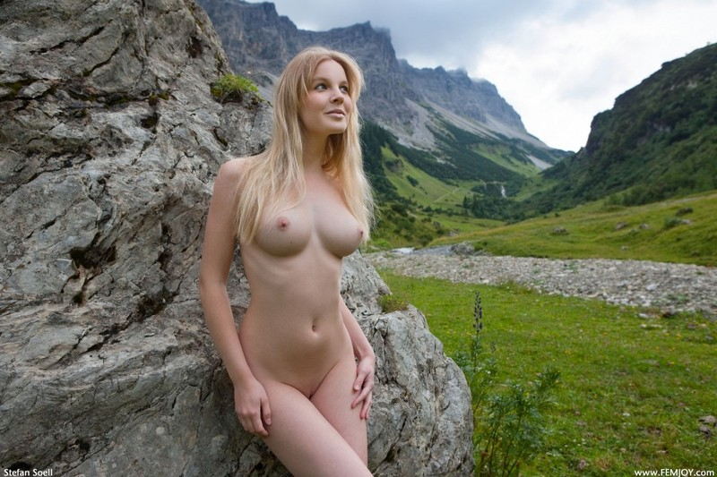 Эротика от красивой блондинки в горах Швейцарии 4 фото