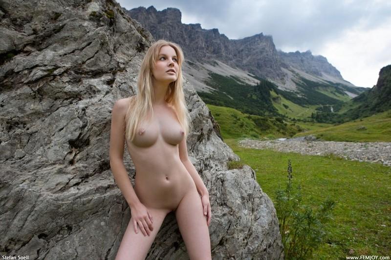 Эротика от красивой блондинки в горах Швейцарии 7 фото