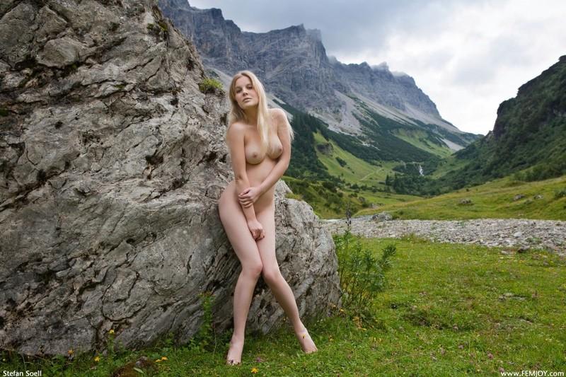 Эротика от красивой блондинки в горах Швейцарии 2 фото