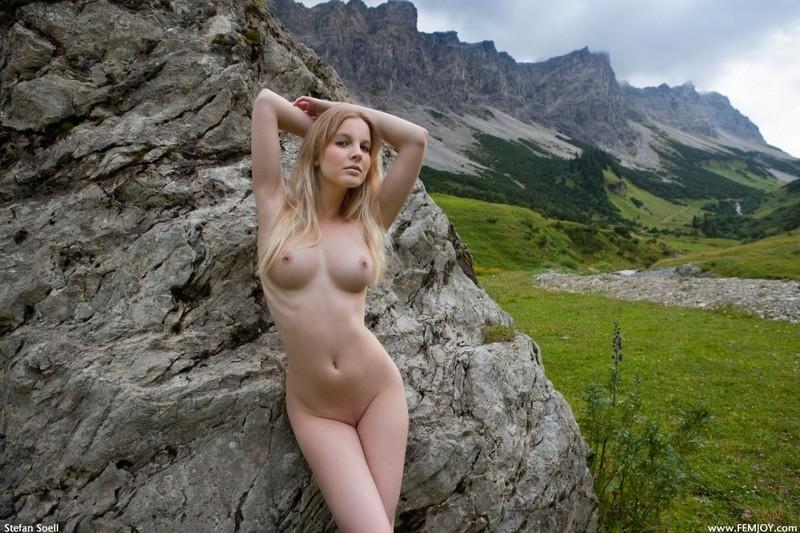 Эротика от красивой блондинки в горах Швейцарии 6 фото
