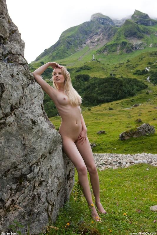 Эротика от красивой блондинки в горах Швейцарии 8 фото