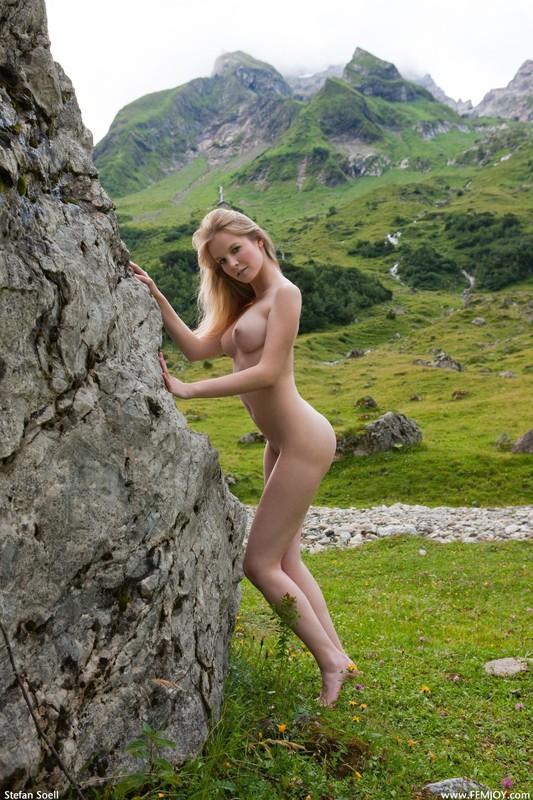 Эротика от красивой блондинки в горах Швейцарии 10 фото