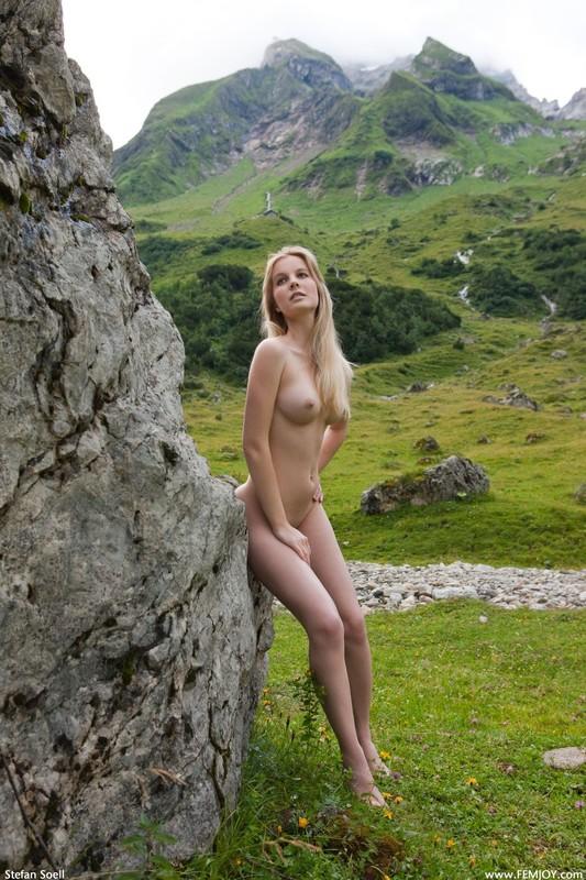 Эротика от красивой блондинки в горах Швейцарии 9 фото