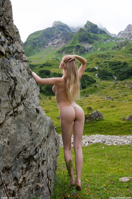 Эротика от красивой блондинки в горах Швейцарии 11 фото