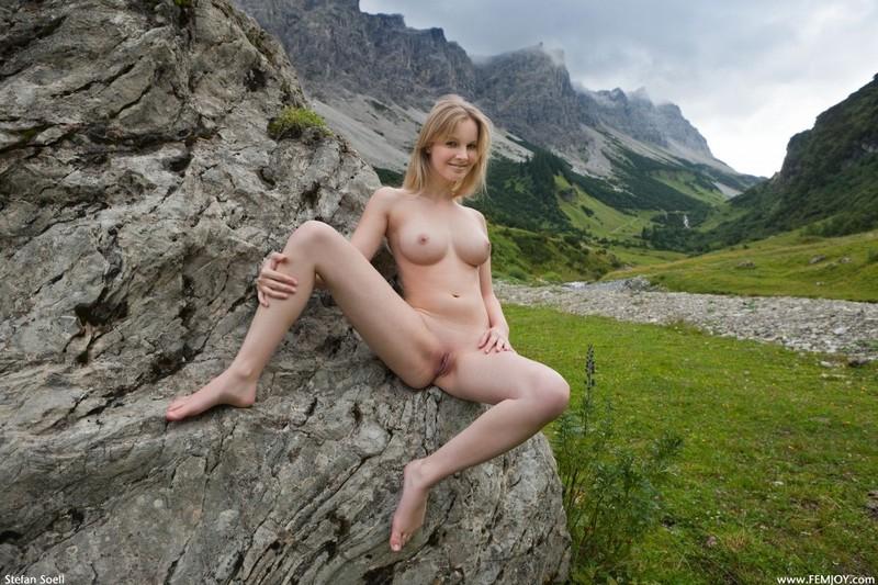 Эротика от красивой блондинки в горах Швейцарии 19 фото
