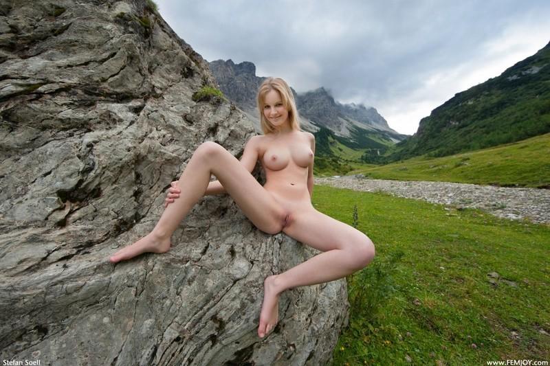 Эротика от красивой блондинки в горах Швейцарии 20 фото