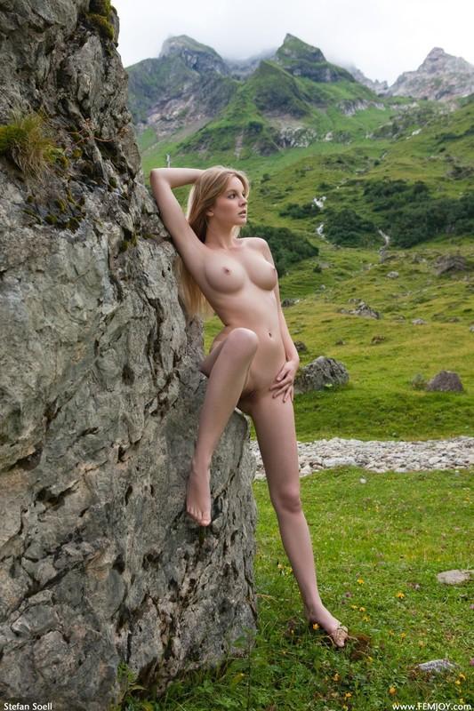 Эротика от красивой блондинки в горах Швейцарии 16 фото