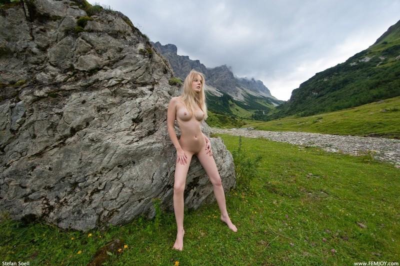 Эротика от красивой блондинки в горах Швейцарии 21 фото