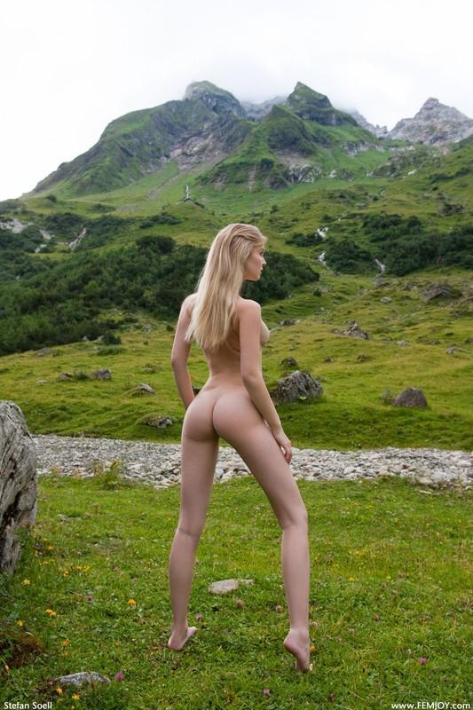 Эротика от красивой блондинки в горах Швейцарии 15 фото