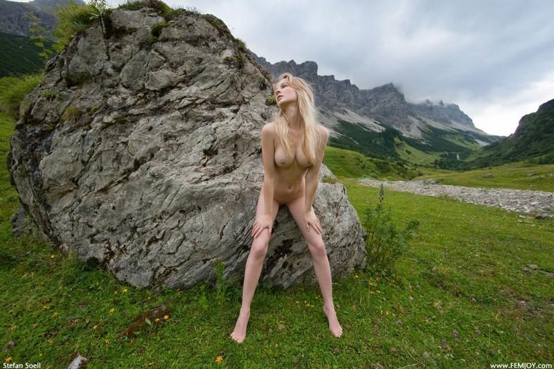 Эротика от красивой блондинки в горах Швейцарии 24 фото