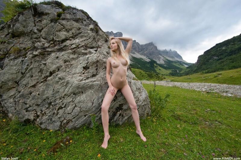 Эротика от красивой блондинки в горах Швейцарии 22 фото